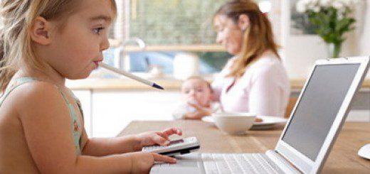 дитина грається за компютером
