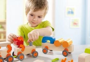 Дерев'яні іграшки та дитина