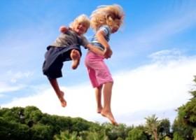 Як навчити дитину стрибати