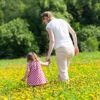 Як привчити дитину на прогулянці гуляти пішки