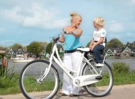 батьки та діти на велосипеді