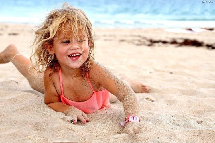 Відпочинок з малюком на березі водойми.