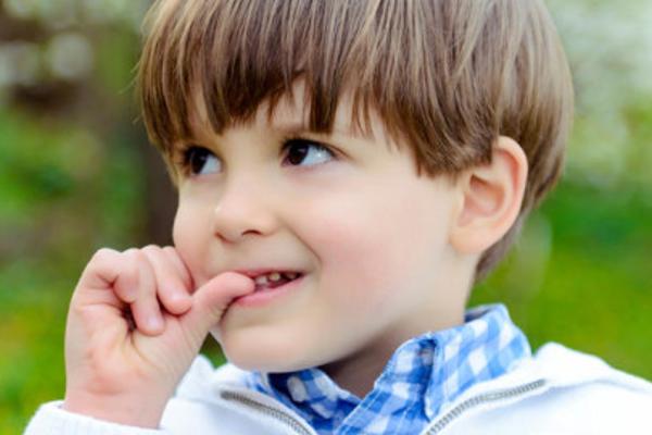 Що робити, якщо дитина гризе нігті