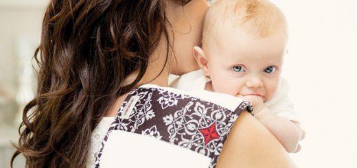 Чому дитина відригує після годування?